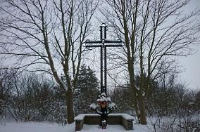 """Krzyż - Chałupy [Krzyże i kapliczki]<br><a href=""""?s=nadmorskie-poi&o=we&id_kat=105&id_m=18&id=3981"""">pokaż szczegóły punktu...</a>"""