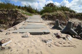 """Wejście - Łazy [Wejścia na plażę]<br><a href=""""?s=nadmorskie-poi&o=we&id_kat=13&id_m=106&id=2535"""">pokaż szczegóły punktu...</a>"""