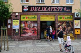 """Groszek Delikatesy 9-ka - ul. Kościuszki 56 - Łeba [Sklepy spożywcze]<br><a href=""""?s=nadmorskie-poi&o=we&id_kat=1&id_m=107&id=3795"""">pokaż szczegóły punktu...</a>"""