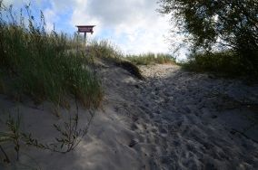 """Czarny szlak do Rowów [Wejścia na plażę]<br><a href=""""?s=nadmorskie-poi&o=we&id_kat=13&id_m=0&id=3175"""">pokaż szczegóły punktu...</a>"""