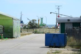 """Brama portu (NW) - Władysławowo [Wejścia na plażę]<br><a href=""""?s=nadmorskie-poi&o=we&id_kat=13&id_m=235&id=3699"""">pokaż szczegóły punktu...</a>"""