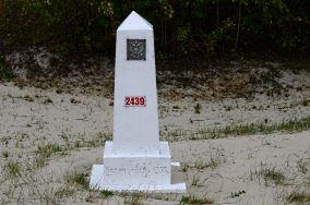 """Monolit graniczny 2439 - Piaski [Inne]<br><a href=""""?s=nadmorskie-poi&o=we&id_kat=15&id_m=139&id=4398"""">pokaż szczegóły punktu...</a>"""